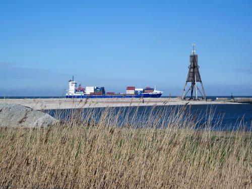 Die Alte Liebe mit Containerschiff auf der Elbe